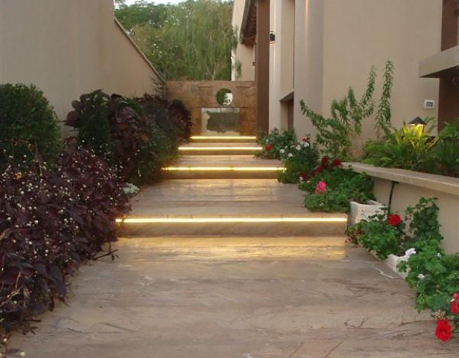 מדרגות מעוצבות עם תאורה