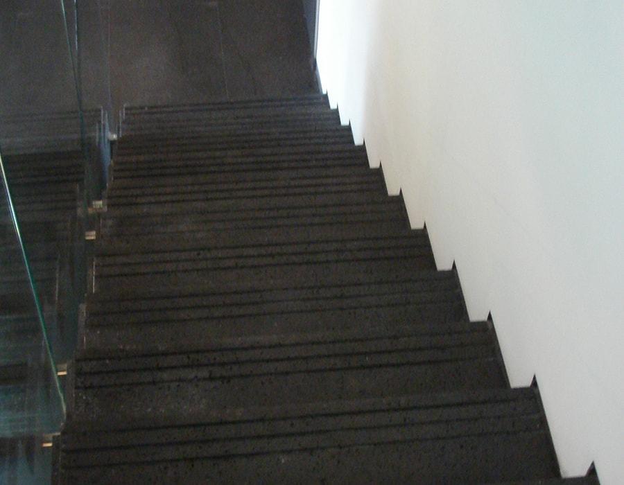 מדרגות בזלת שחורה